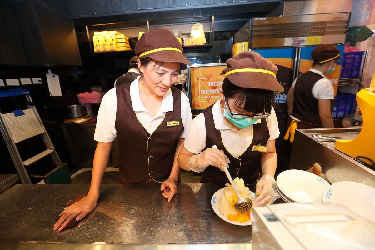 思慕昔永康街15號店前身也是知名芒果冰店冰館,蔡怡婷(左)巡櫃時常被不知情的民眾誤認為是冰館前妻重新開業。
