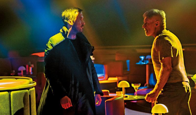 《銀翼殺手2049》延續前作核心理念,也找回哈里遜福特演出原角色。不管是視覺風格、格局高度都不輸前作,甚至更佳。(索尼提供)