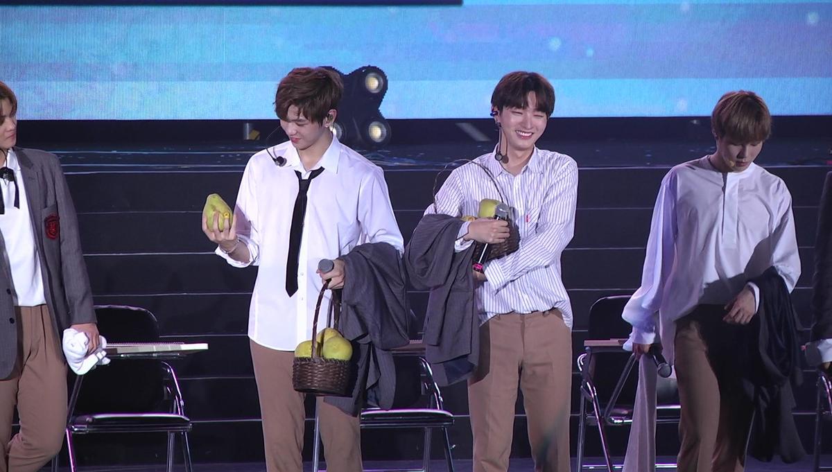 獲贈柚子,姜丹尼爾(左)與尹智聖(右)超開心。(截圖自影片)
