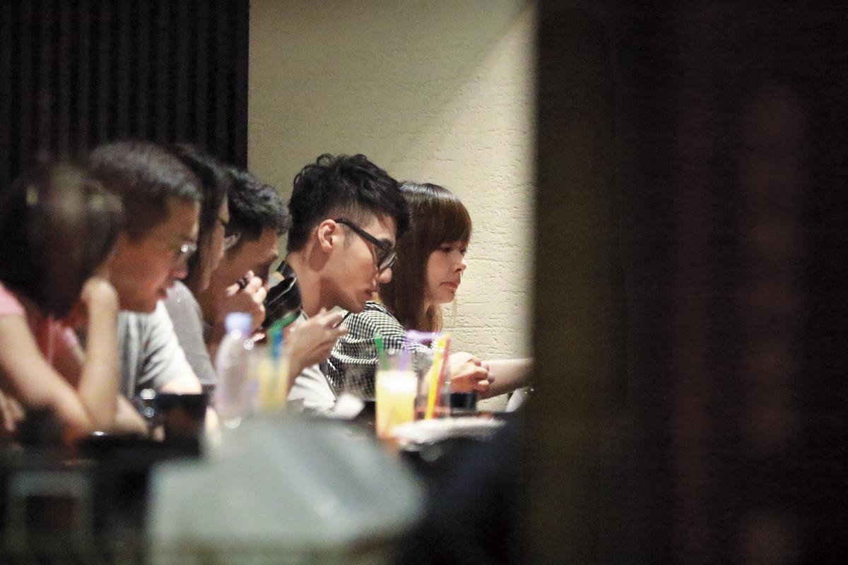 8月13日22:28,張睿家晚間和女友在台北市東區的燒肉店用餐。