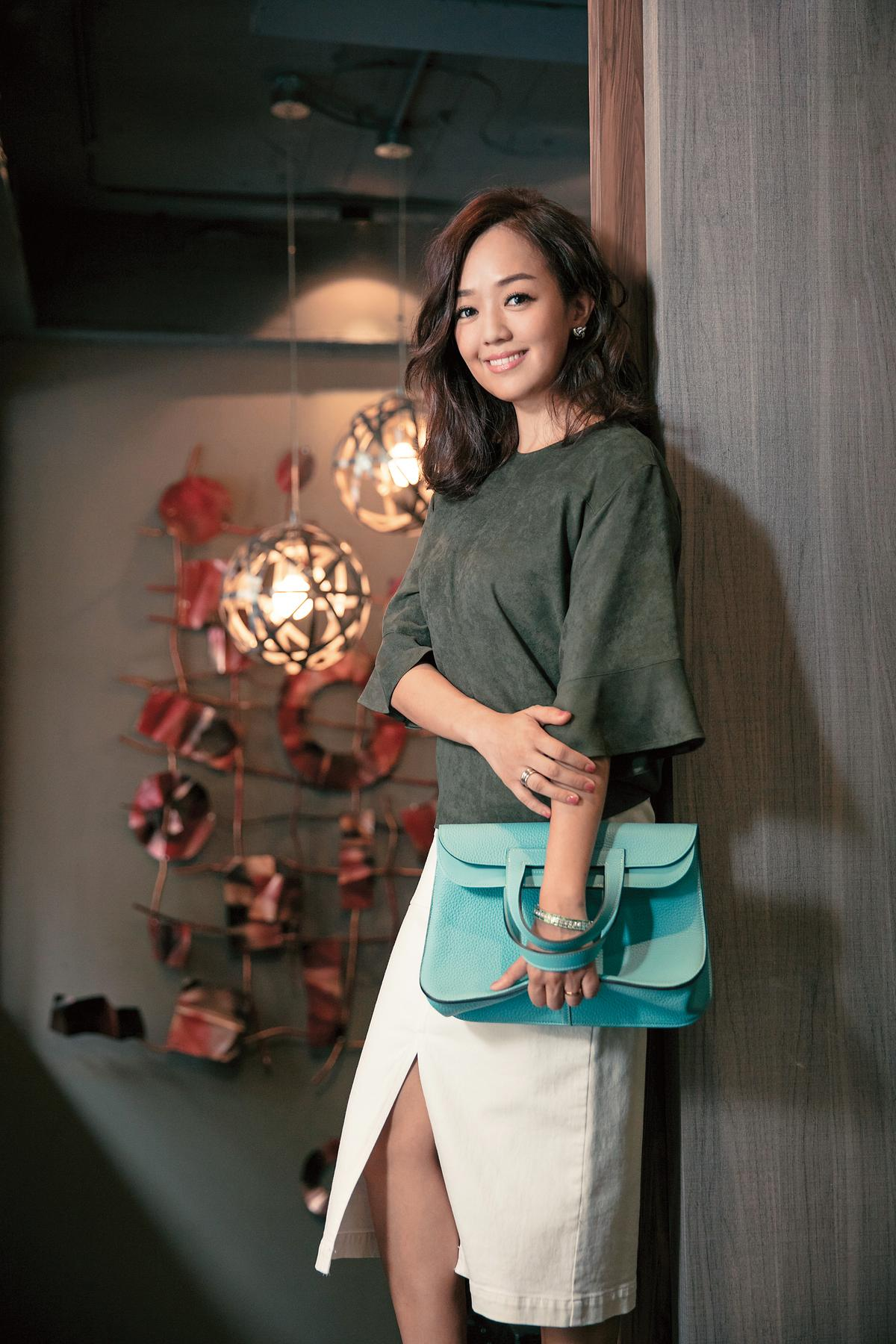 東京買的麂皮上衣。 約NT$3,500/東京買的TONAL開衩過膝裙。約NT$6,000
