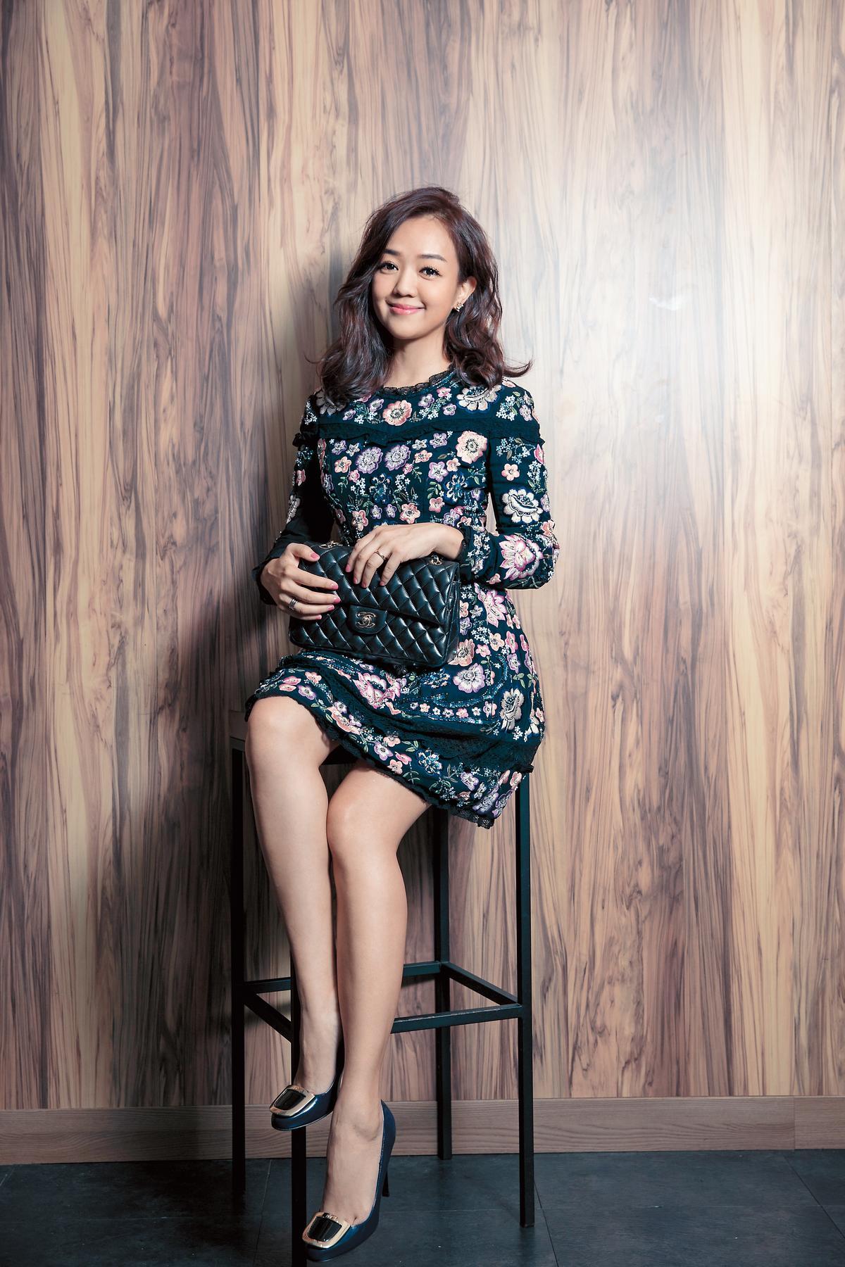 Needle & Thread花卉圖騰洋裝。約NT$15,000/roger vivier高跟鞋。約NT$25,000