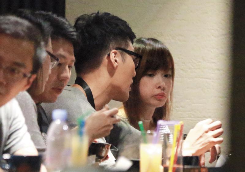 8月13日22:30,席間張睿家和女友各自沉默吃著碗裡的食物,少有眼神交集。