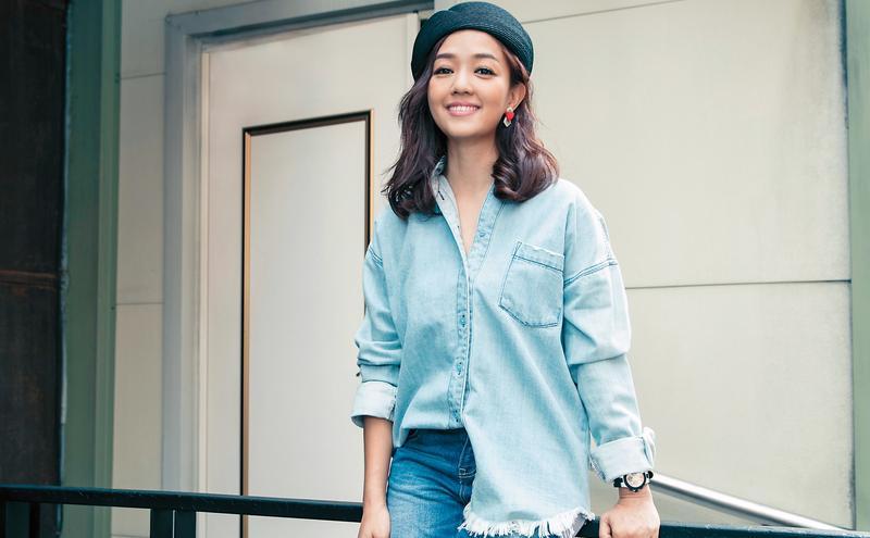 楊欣平常接孩子們放學時,喜歡穿著寬鬆襯衫,她表示是一種很舒服的姿態。