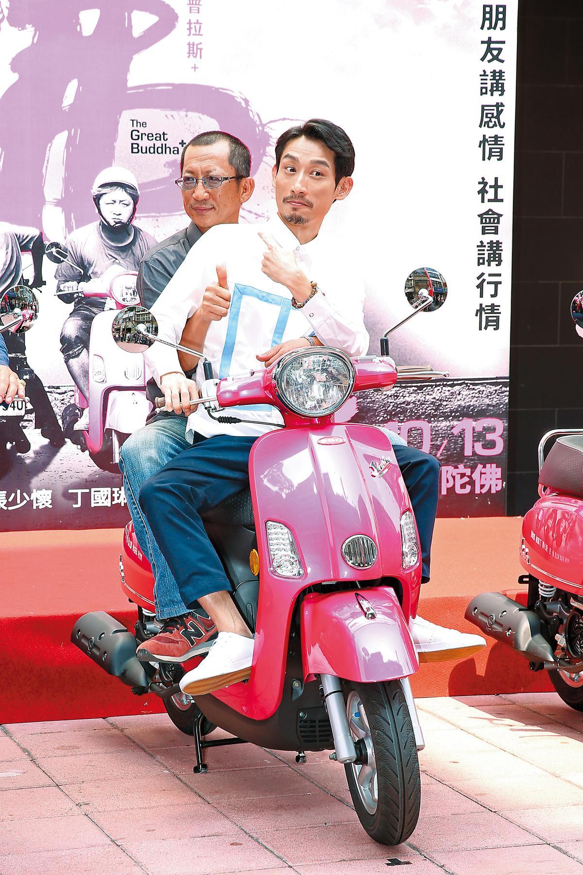 記者會上兩人騎著粉紅機車出場,他們戲裡默契極佳,不少互動也被觀眾笑稱有「粉紅泡泡」。
