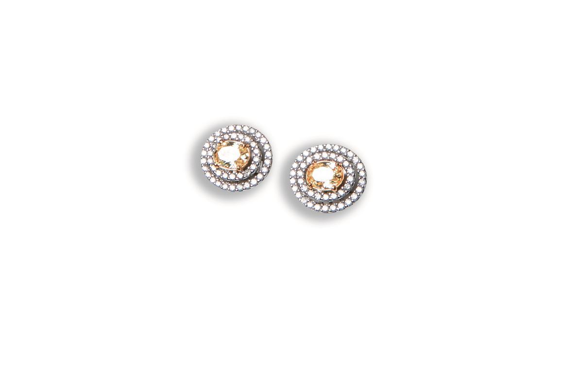 各一克拉的黃鑽主鑽搭配30分白鑽耳環。約NT$350,000