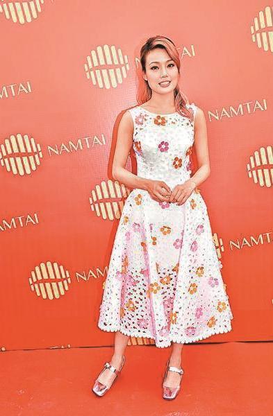 現身深圳出席動土儀式的容祖兒,很有技巧的穿著花朵點綴的蕾絲洋裝,復古的小蓬裙讓她身形更有分量。(翻攝自《成報》)