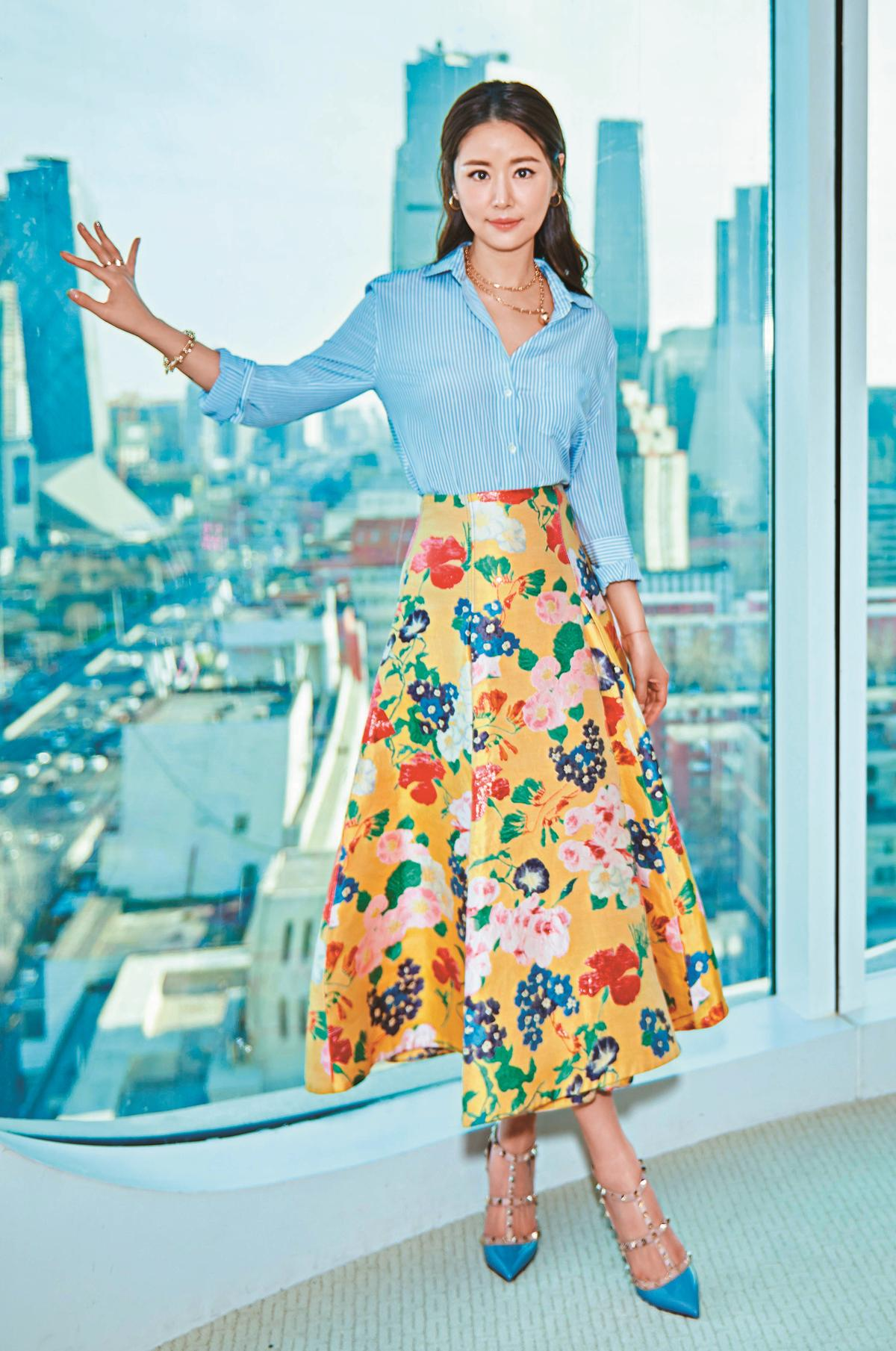 林心如出席電影《嫌疑人X的獻身》活動時,以VALENTINO粉藍上衣搭配野薑花為創作主題的黃底印花刺繡長裙,充滿1950年代復古風情。(VALENTINO提供)
