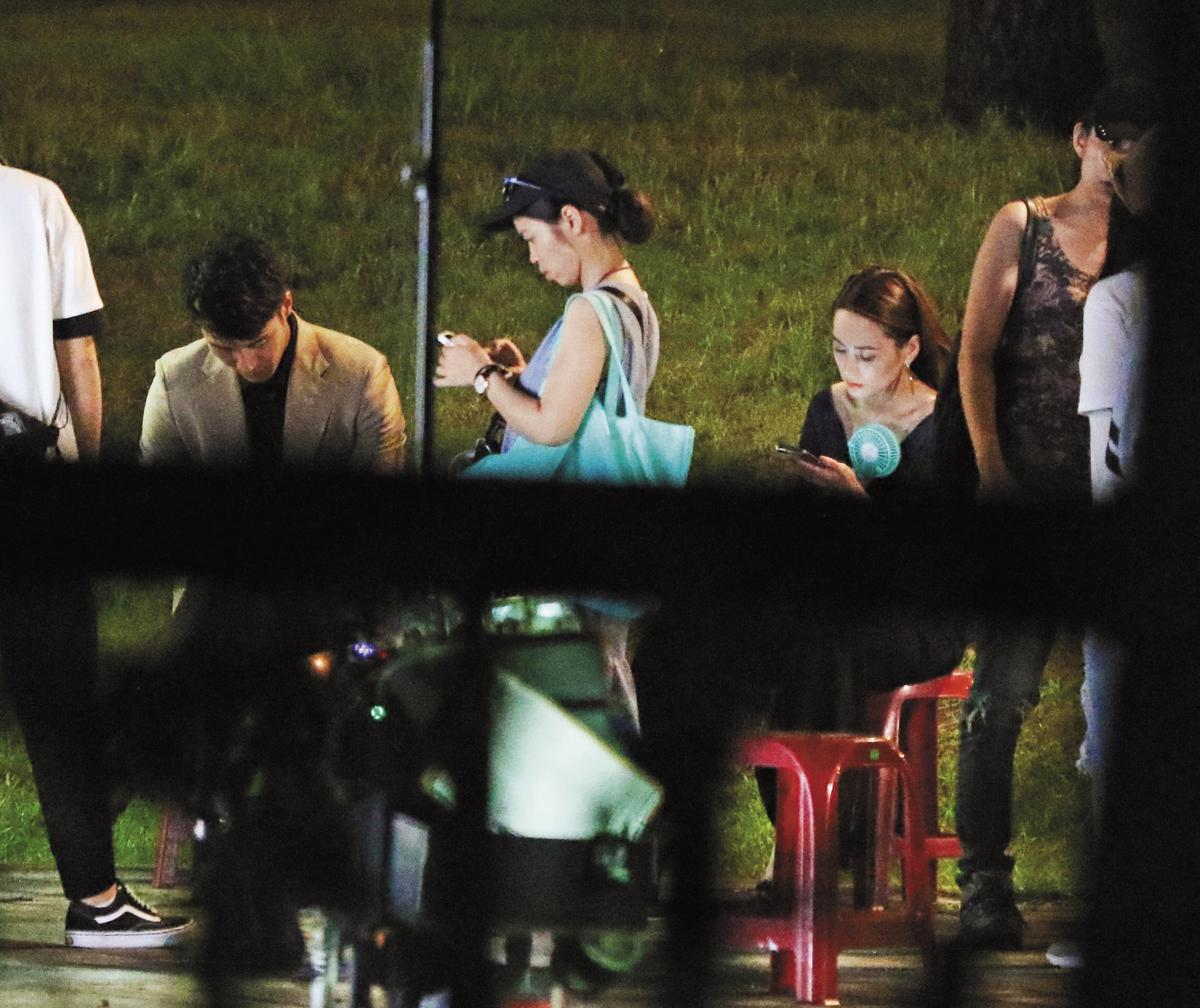 9月8日22:56,張睿家和鍾欣潼在等戲空檔各自玩手機,空氣冷冰冰。