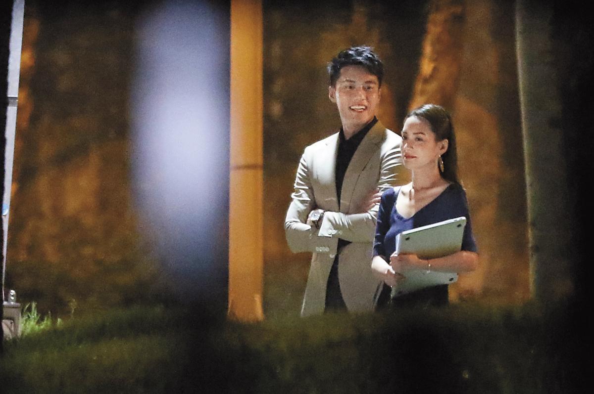 9月8日21:01,張睿家和鍾欣潼在大直拍攝散步戲。
