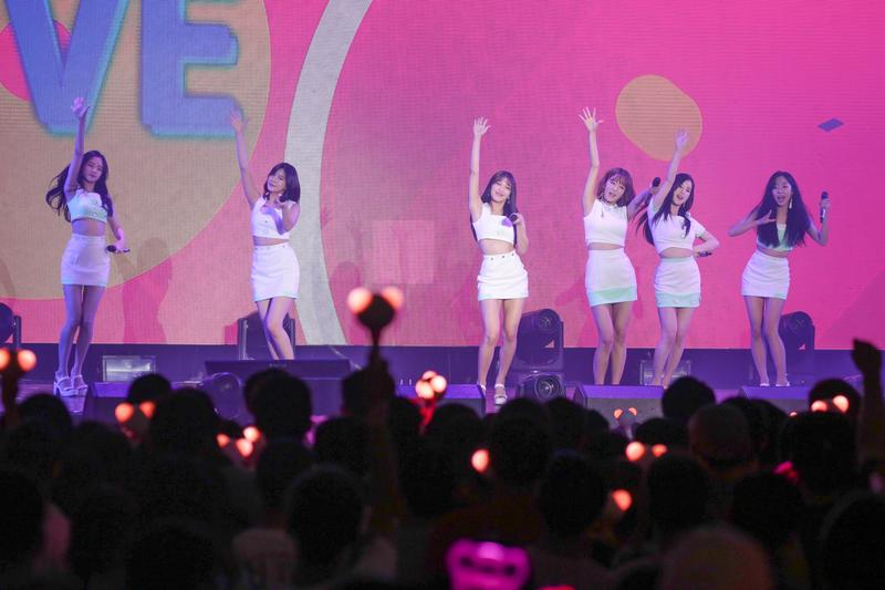 韓女團APINK 5度台灣開唱,吸引1,800名粉絲進場尖叫應援。