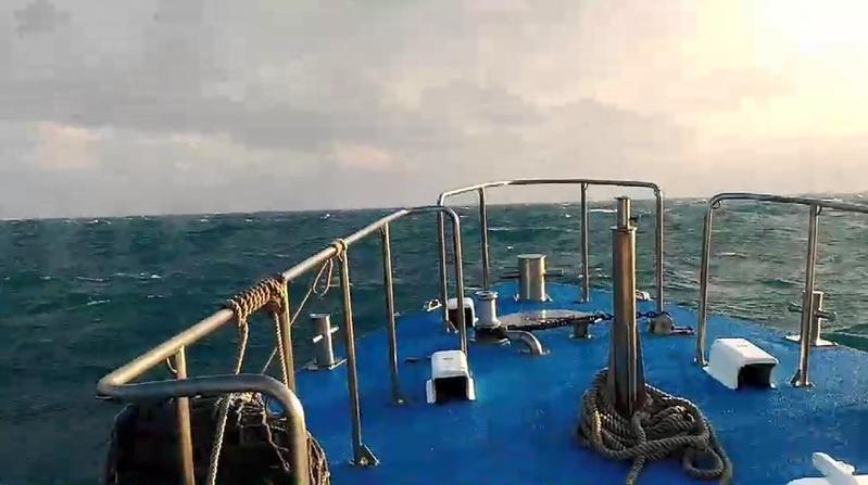 由於今日海面上風浪仍相當大,搜救進度不易,至今並沒有明顯進展。(翻攝畫面)