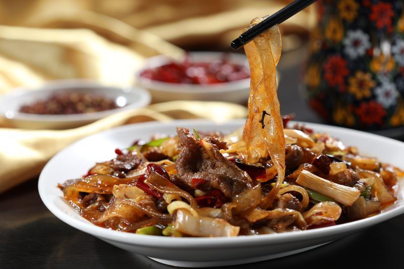 別以為「伊斯蘭小炒」是炒河粉,酸辣得讓人食慾大開,猛扒白飯。(240元/份)