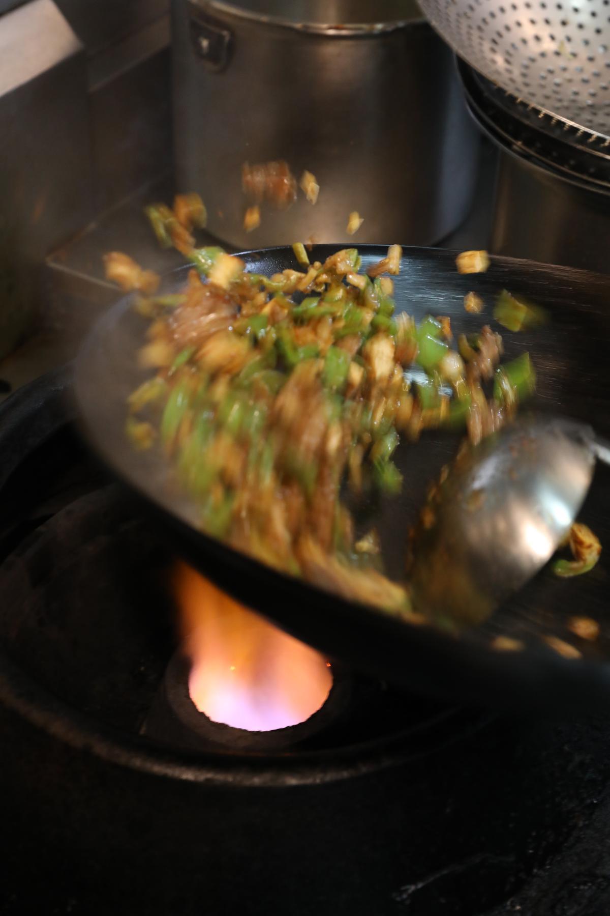 猛火爆炒,才能保留蔬菜的脆口。