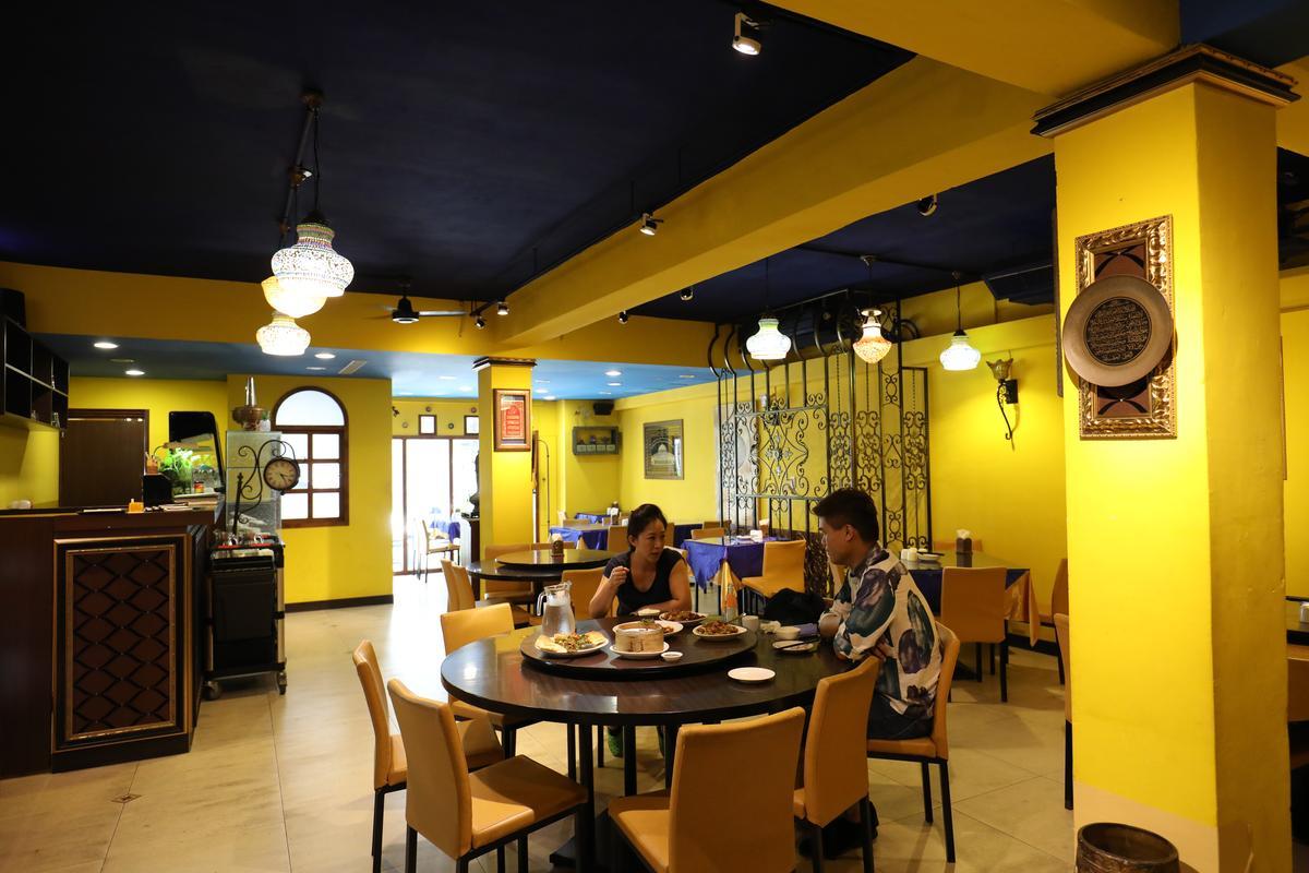 店內塗裝是藍黃撞色,頗為大膽。