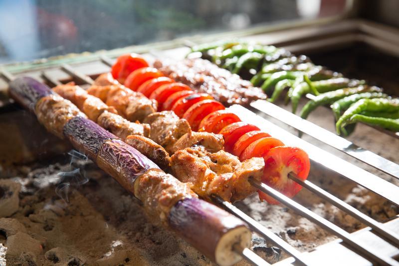 番紅花城用不見明火的泛白炭烤肉,油脂滴落化為誘人香氣。