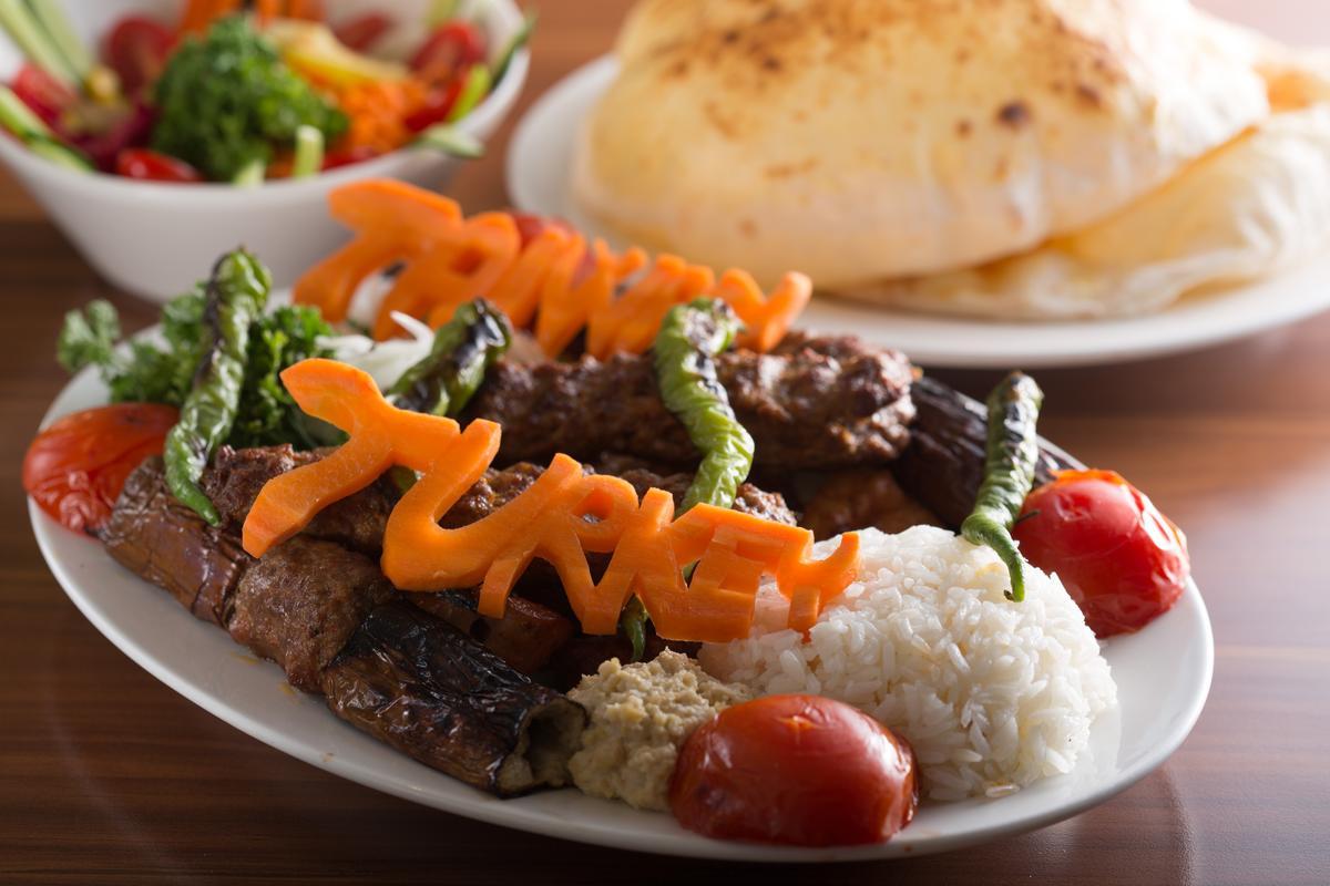 番紅花城招牌烤肉」得趁熱品嘗,才能吃到滿口鮮美肉汁。(600元/1人份)