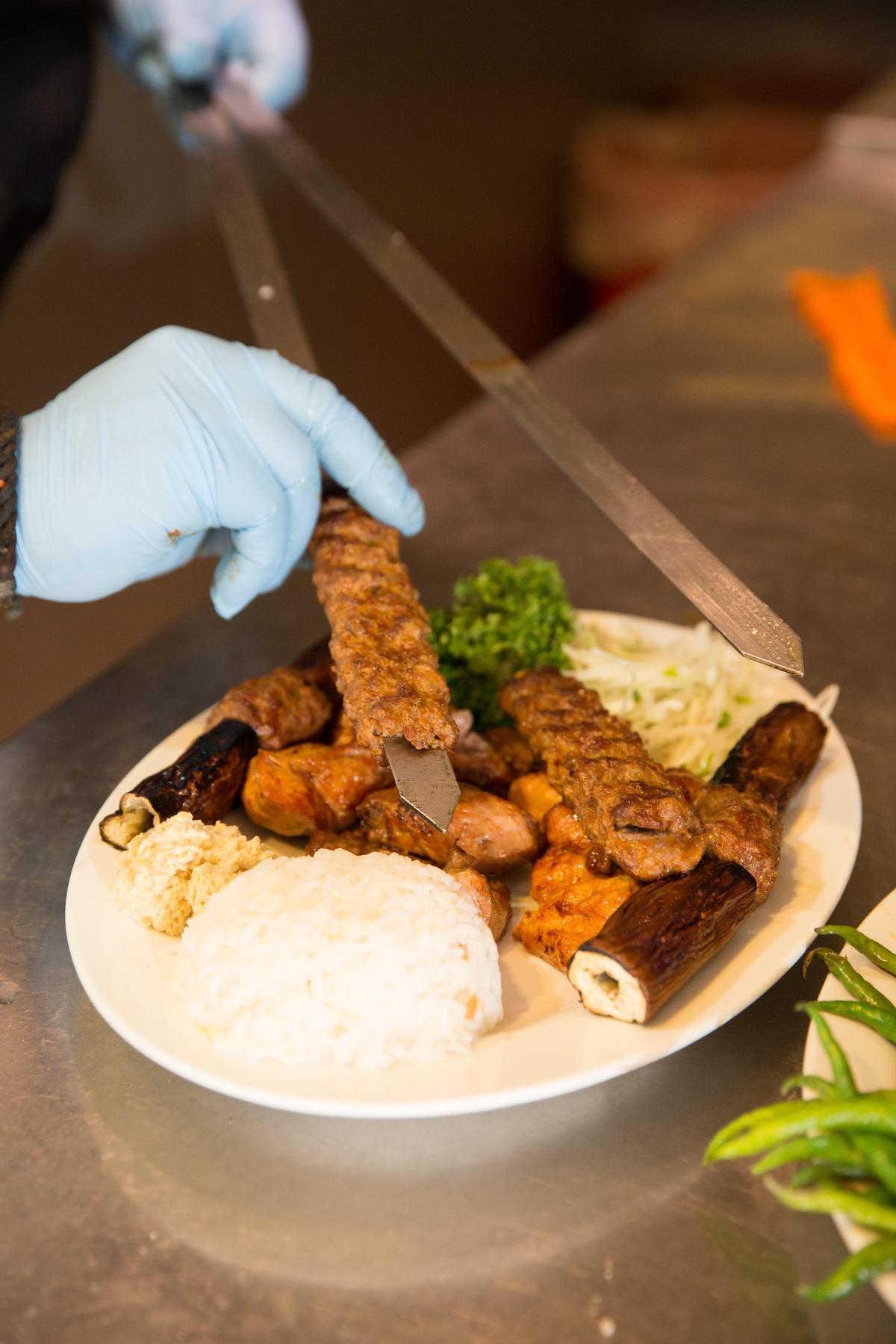 劍型的寬烤串除了防止食材掉落,導熱效果也更佳。