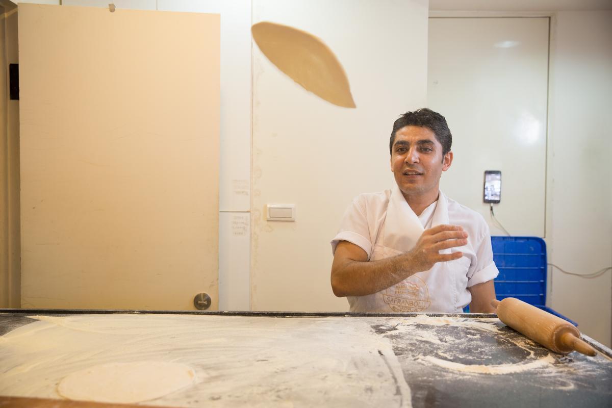 烤窯師傅也來自土耳其,甩餅技術一流。