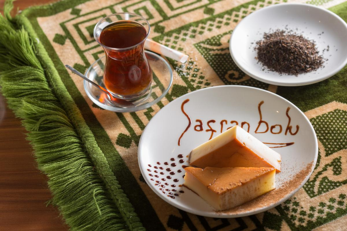 「卡士達磚」(右下)是玉米粉做的牛奶涼糕,不過搭配的是肉桂糖粉,怕這香味的人請斟酌。(150元/份)