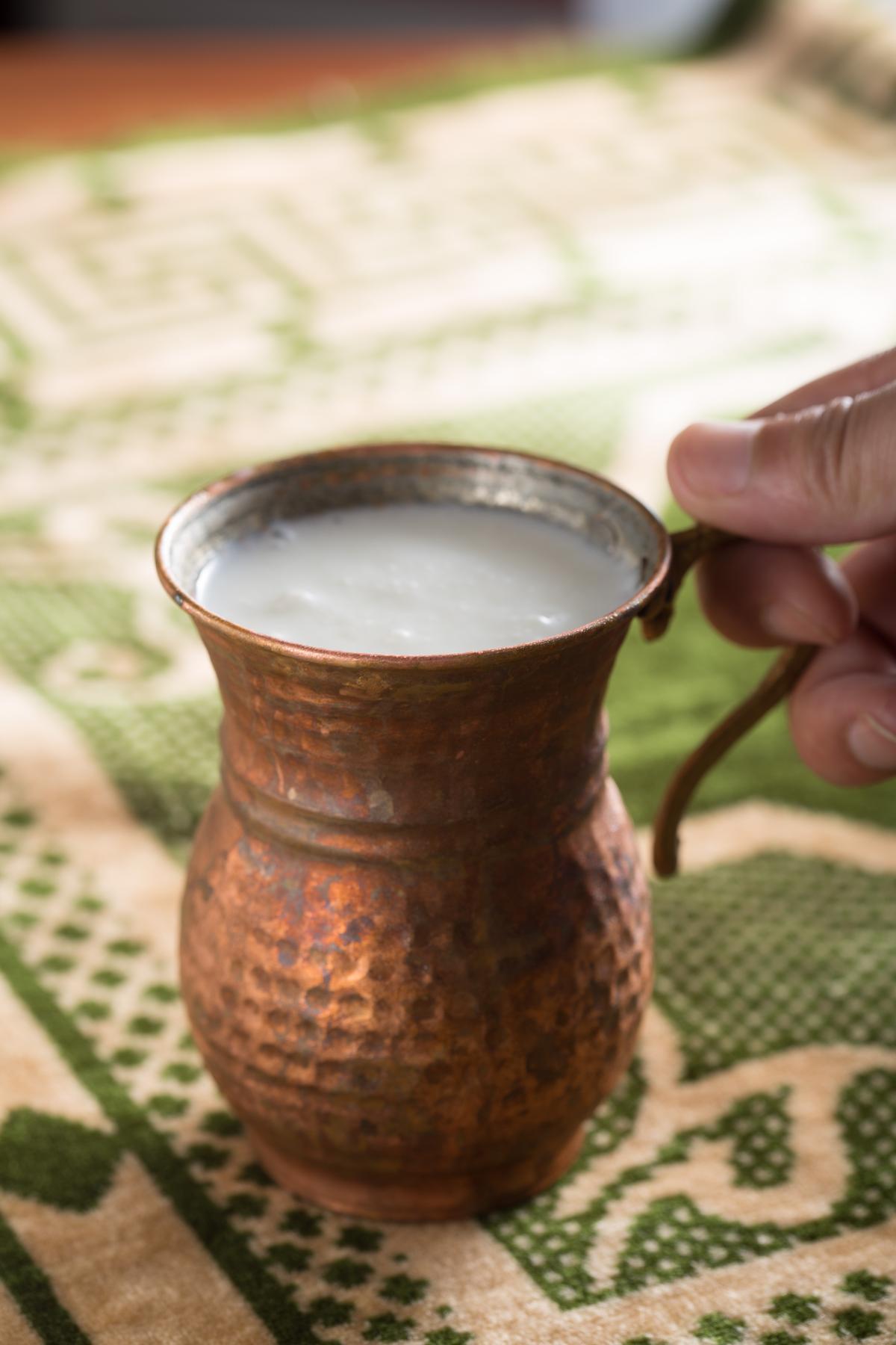 「土耳其特製酸奶」酸中帶有淡淡鹹味,是中亞常見的喝法。(120元/杯)