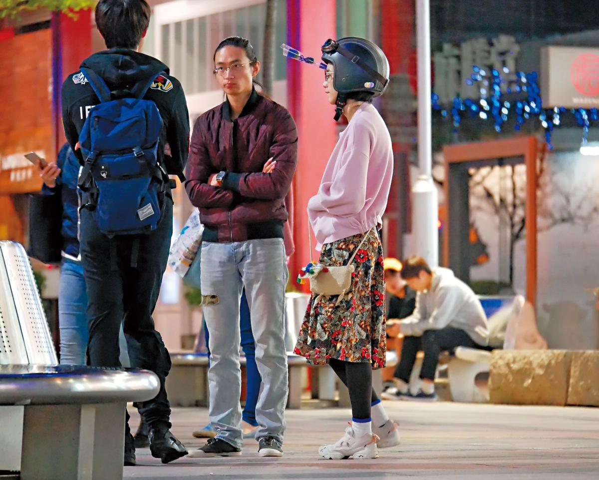 溫貞菱戴著安全帽,俏皮地和男友互動。