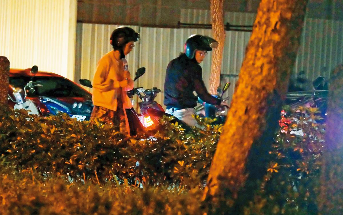 黃河騎著機車載溫貞菱返家,小倆口穿著打扮樸素,約會的代步工具也十分親民。