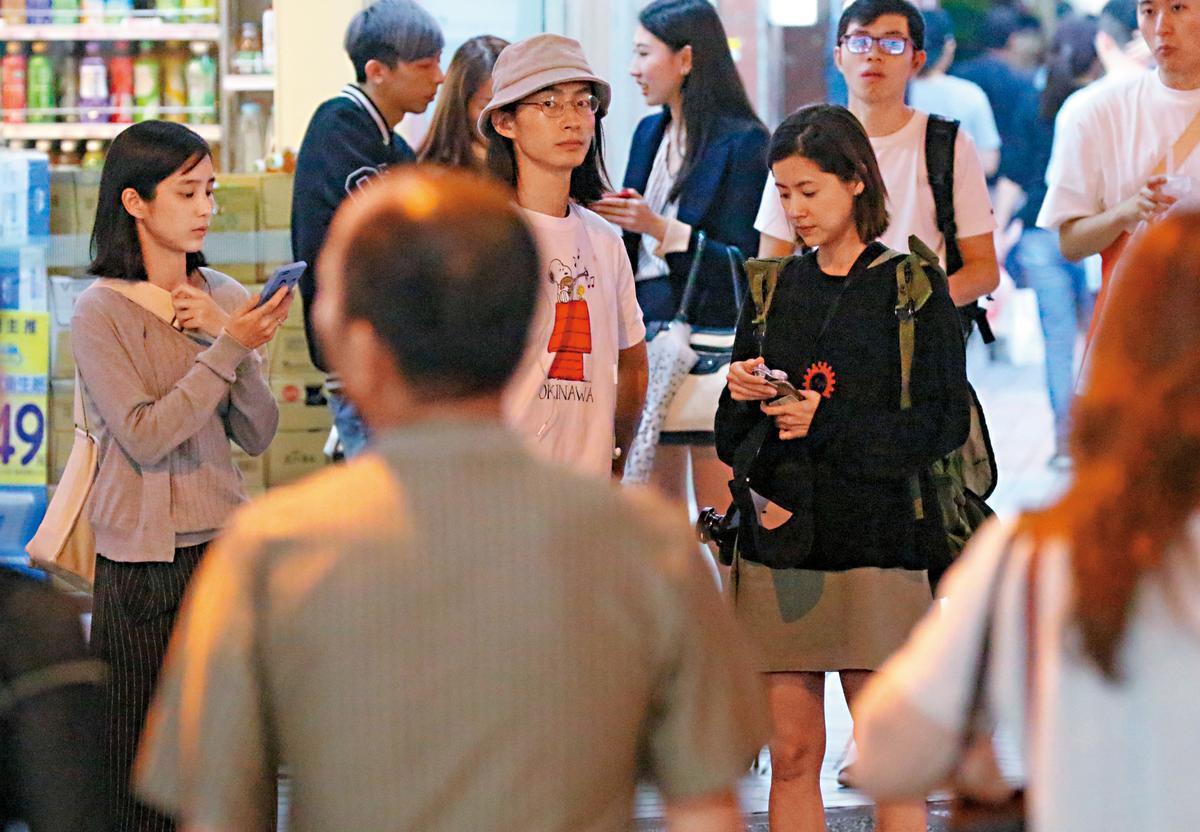今年五月,本刊直擊溫貞菱和林予晞約會後,黃河在路口等女友。連續兩次約會,他們打扮都超隨興,走一個平凡大學生路線。