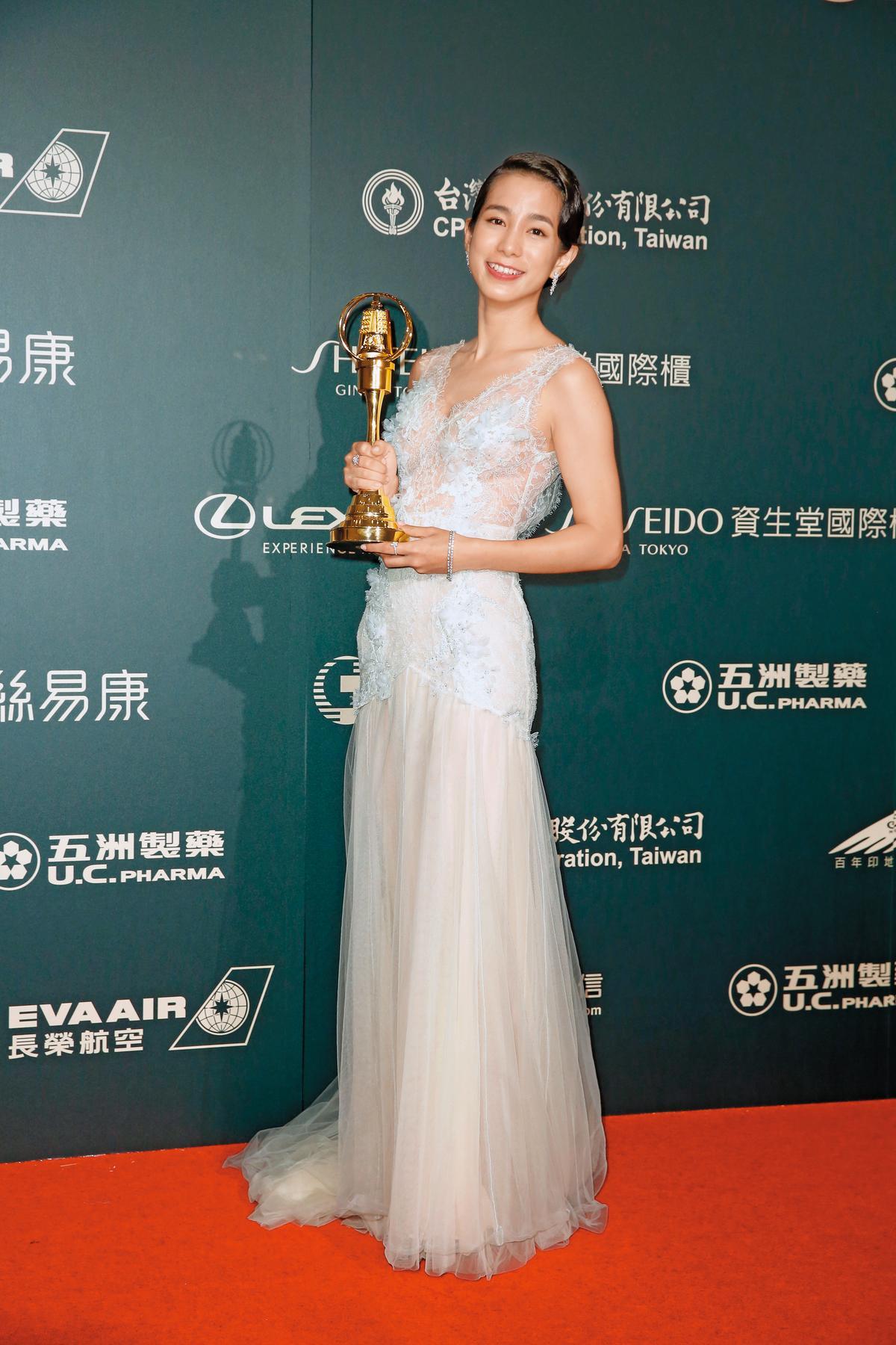 今年,溫貞菱憑《最後的詩句》摘下金鐘迷你視后,她在台上表示會把獎金拿來捐給流浪動物之家跟地球。