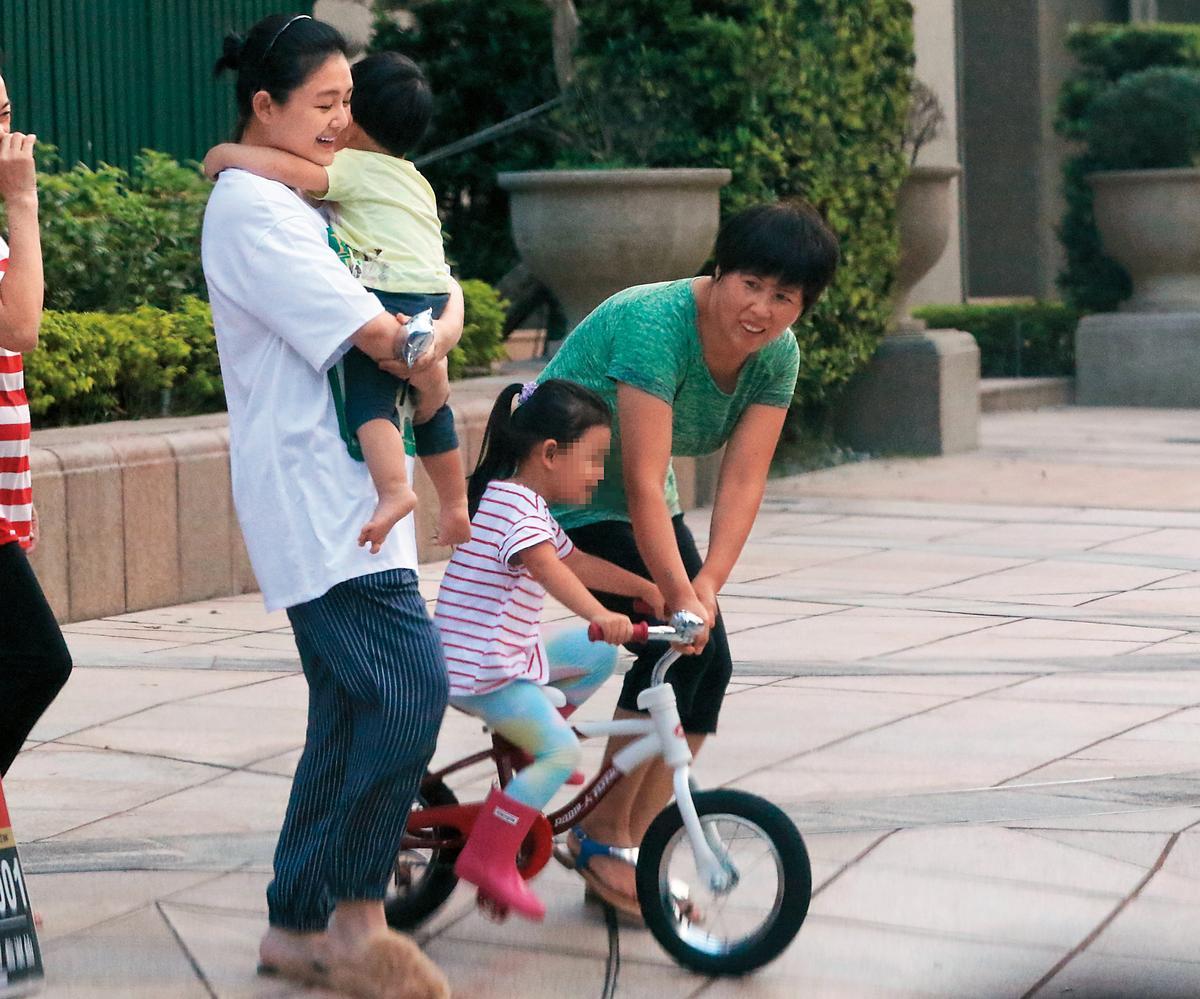 沒有汪小菲在身邊,大S都跟保姆一同照顧兒女,從不得閒。