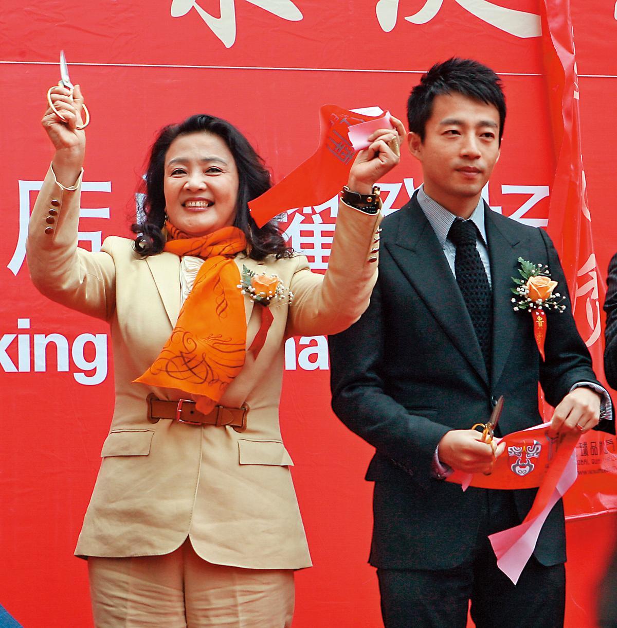 汪小菲(右)的媽媽張蘭(左),當年是呼風喚雨的「俏江南」餐飲女強人,但轉型不成,她的資產被凍結。大S的遭遇頗有徐若瑄的fu。(東方IC)