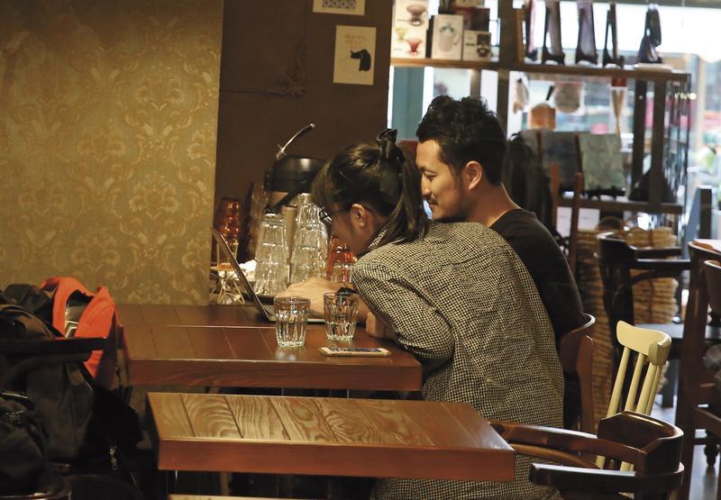 九把刀和周亭羽因採訪燃出愛火,偷吃曝光後又復合,本刊於去年11月直擊2人共度甜蜜晚餐。