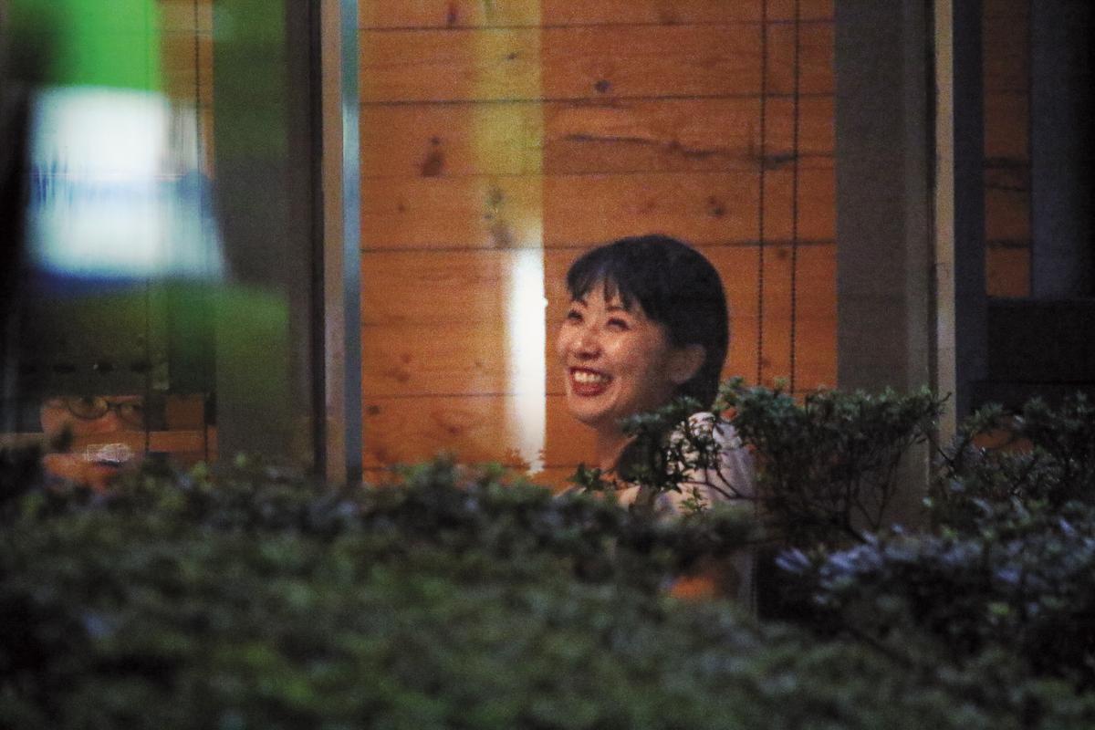 周亭羽在咖啡店和好友大聊九把刀求婚糗事,走出來時笑容滿面,心情愉快。
