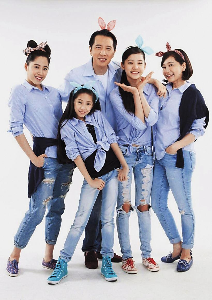 歐陽娜娜(右二)與媽媽傅娟(右一)、爸爸歐陽龍(右起)、歐陽娣娣、歐陽妮妮拍全家福,一家人感情融洽。