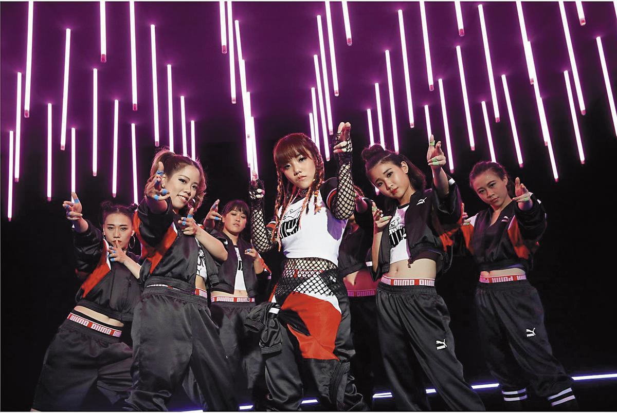 安那(中)舞技高超,從10歲就開始練舞。(環球EMI提供)