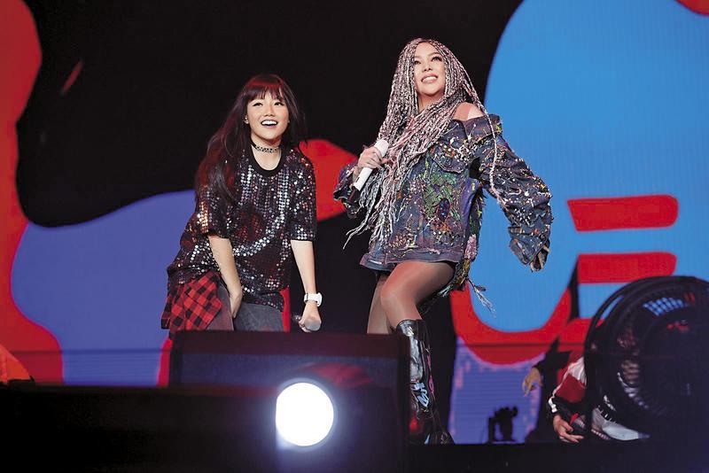 安那(左)受邀當阿姨張惠妹(右)「烏托邦2.0慶典」演唱會嘉賓。(翻攝自安那臉書)