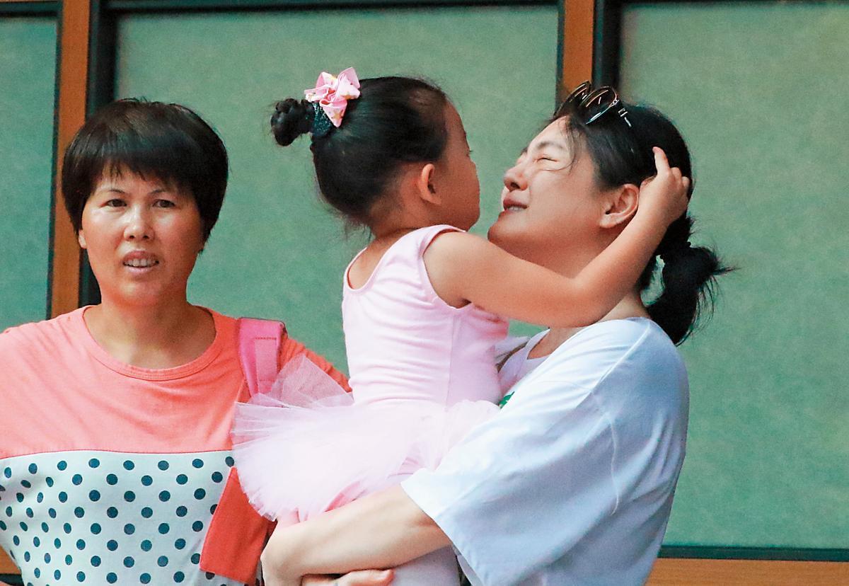 雖然大S在演藝圈走路有風,但被女兒搞得面目全非。