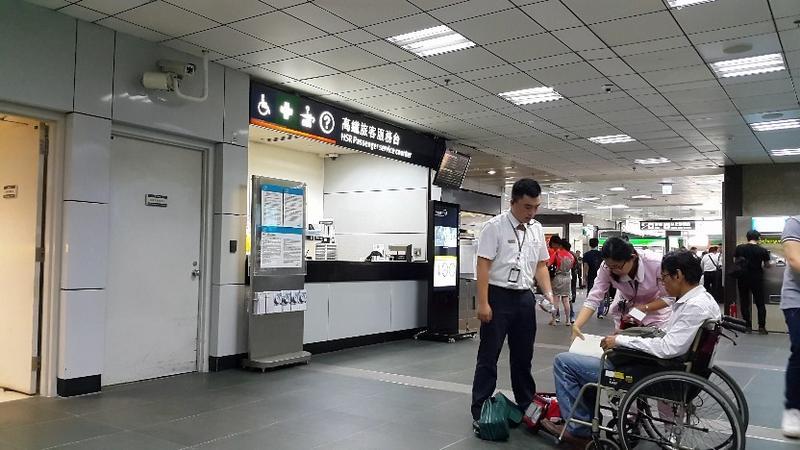 外包護理師遭高鐵主管強摟,外包醫院直接向交通部高鐵局投訴,這匹狼的惡行才終於紙包不住火。(圖為示意圖,非當事人)