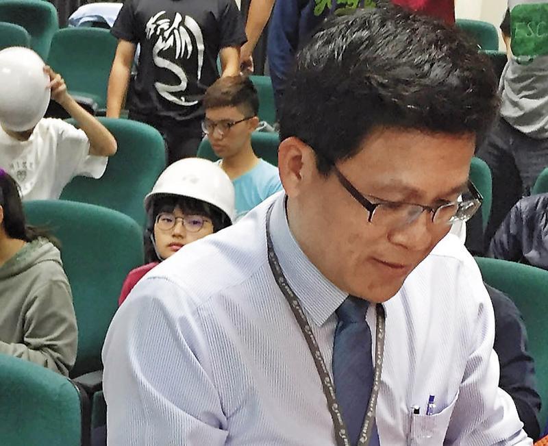 張峯銘負責燕巢總機廠營運事務,大學參訪一定會有他的身影,11年來從總務一路高升。(讀者提供)