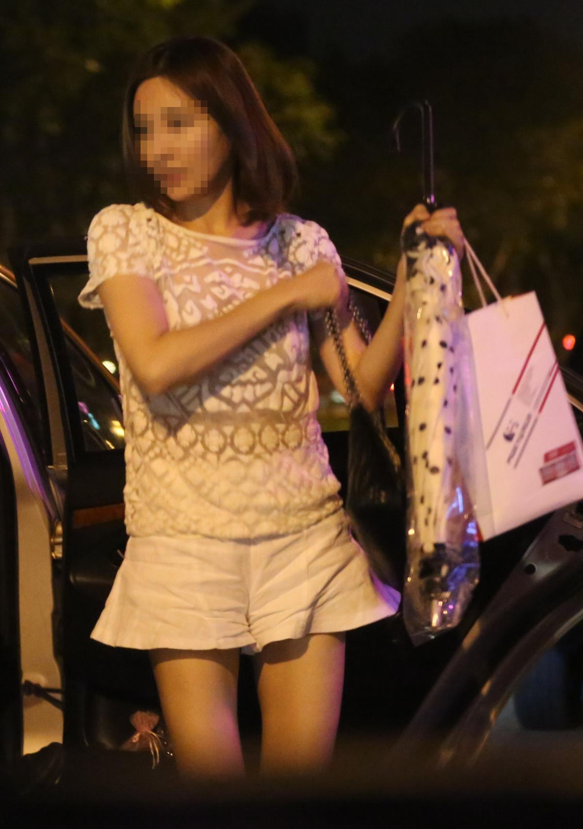 一名短裙正妹搭著計程車趕來陪酒上班,身材相當火辣。
