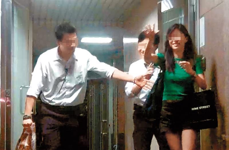 OLA酒吧的老闆娘佳佳(右)過去是酒店名花段玉旗下小姐,交際手腕高明。