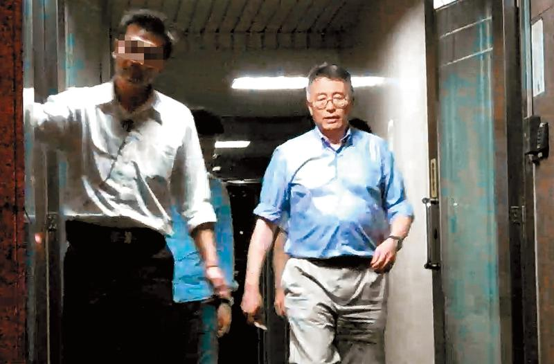 日月光財務長董宏思(右)現身當晚,吳乃仁也一如往常,在酒吧報到。
