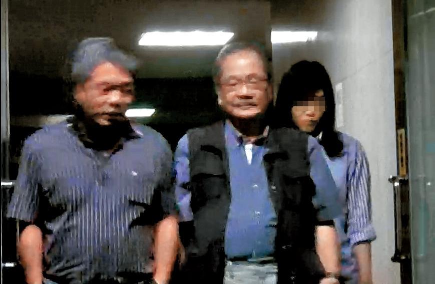 吳乃仁(中)和台灣互動董事長王志隆(左)一起步出酒吧,看得出2人交情不錯。