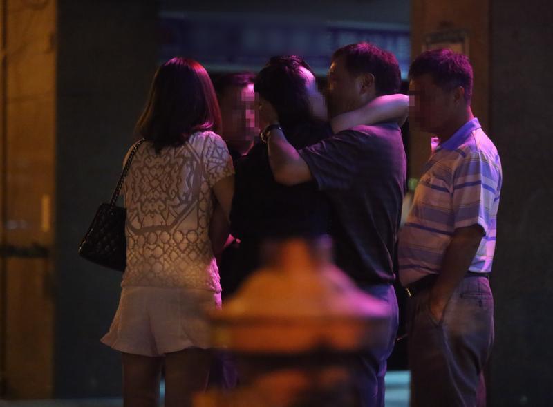 1名正妹喝醉後,忘我地和男客在大街上擁吻。