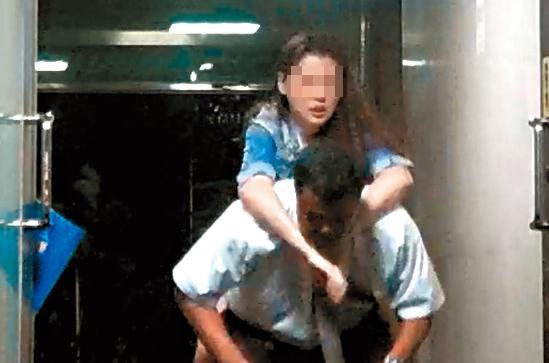 10/07 身材火辣的酒吧正妹喝到掛點,以無尾熊揹姿緊抱酒客不放。
