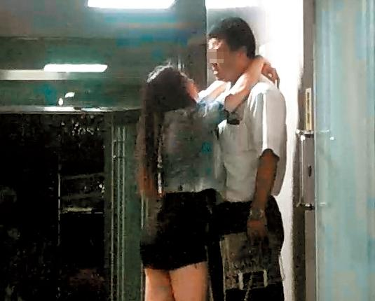 10/07 身材火辣的酒吧正妹喝到掛點,緊抱酒客不放。