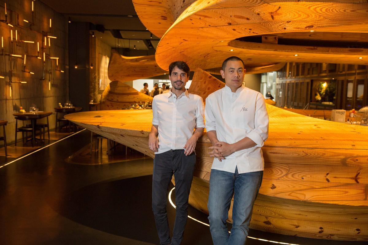 江振誠在台北餐廳「RAW」請來多位世界名廚一起合作。圖左為秘魯名廚Virgílio Martíne。