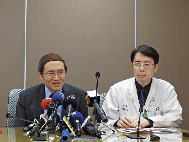 劉伯恩(左)與院長施壽全(右)6日開記者會澄清,卻在背地裡陷害吳千住。