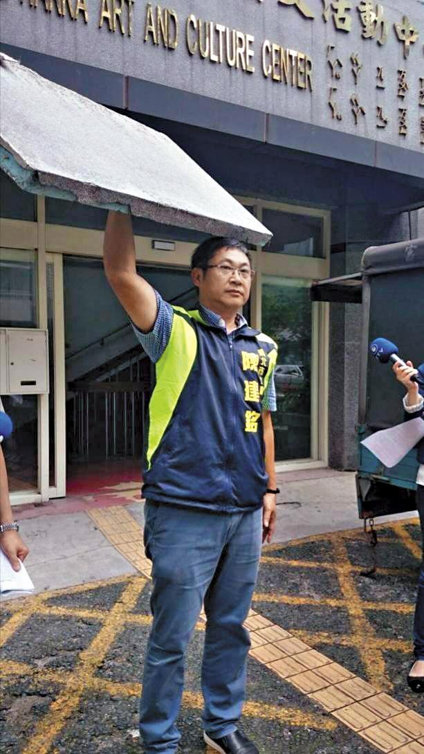 台北市議員陳建銘去年曾開記者會,質疑民榮超市大樓外牆飾板掉落。(陳建銘研究室提供)