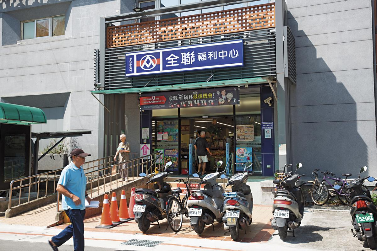 民榮超市1樓有連鎖超市進駐,常有民眾前往購物。